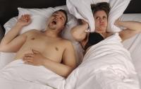 """Víte, že chrápání vážně ohrožuje partnerský vztah? Podle průzkumů až polovina párů přiznává, že jim nepříjemné zvukové projevy """"zničily"""" sexuální život. Chrápání však může být nejen sociálním, ale i vážným zdravotním problémem."""