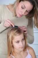 Chcete-li své dítě účinně a rychle zbavit vší, vyberte si v lékárně přípravek na odstranění vší založený na přírodních silicích. Součástí balení by měl být také hřeben všiváček, který vám jednak pomůže odhalit přítomnost vší, a pak také zlikvidované vši a hnidy účinně vyčesat.