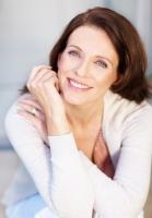 Menopauza nastává nejčastěji kolem 50. roku, kdy se v těle ženy přestane tvořit hormon estrogen. Při boji s důsledky menopauzy se doporučuje dbát na správnou skladbu stravy a doplňovat do těla potřebný vápník, vitamín D a vitamín K2.  Dobře posloužit v tomto směru mohou také doplňky stravy z lékárny.