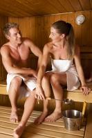 """Sauna, tak jak ji známe u nás, má své počátky ve Finsku. Sám název """"sauna"""" je finské slovo a jeho definice říká, že jde o """"dům s možností lázně, pro kterou je vzduch ohříván pecí""""."""